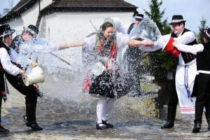 Paesi Slavi tradizione pasquale di spruzzare le ragazze con acqua di sorgente